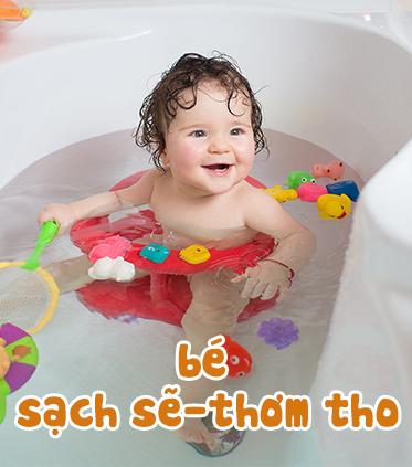 Bé tắm gội
